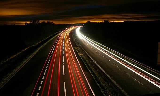 エスティマ ヴォクシー 乗り心地 夜の高速道路