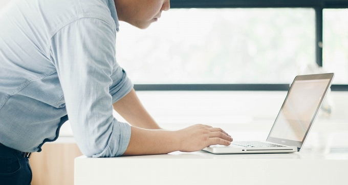 ハリアー アルカンターラ 評判 パソコンを操作する男性