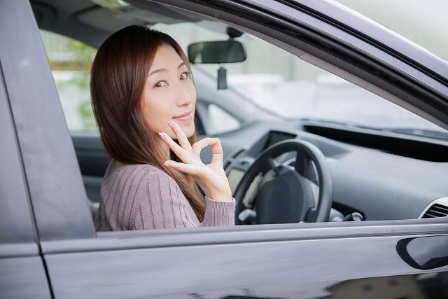 ホンダ フィット ハイブリッド 残クレ 運転席に座る女性