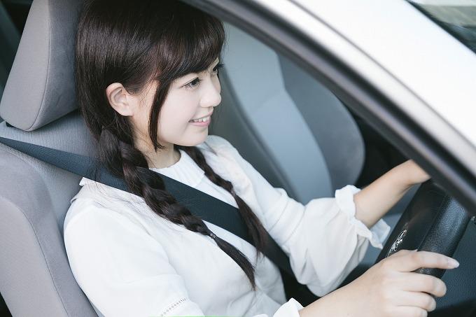 ジムニー 乗り心地を良くする 運転する女性