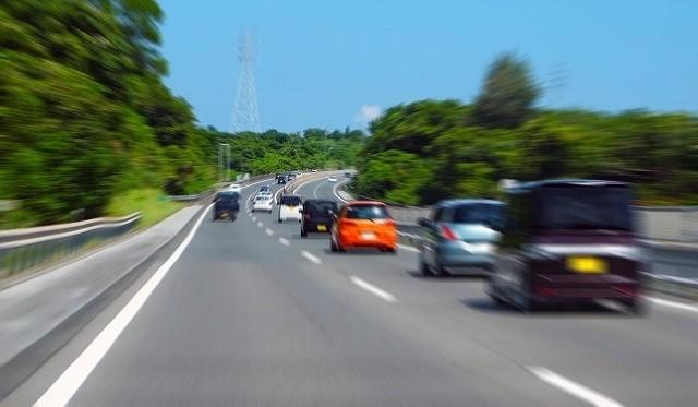 ノア ハイブリッド 高速 燃費 高速道路を走る車