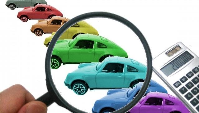 プリウス 中古 相場 推移 たくさんの車と虫眼鏡と電卓