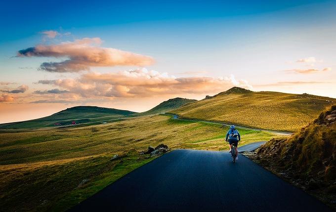 ウィリエール gtr 評価 山道でサイクリングしている人