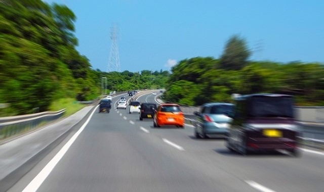 カローラ フィールダー hv 実燃費 高速道路を走る車