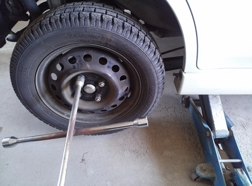 ハリアー タイヤ交換 自分で ナット 緩める
