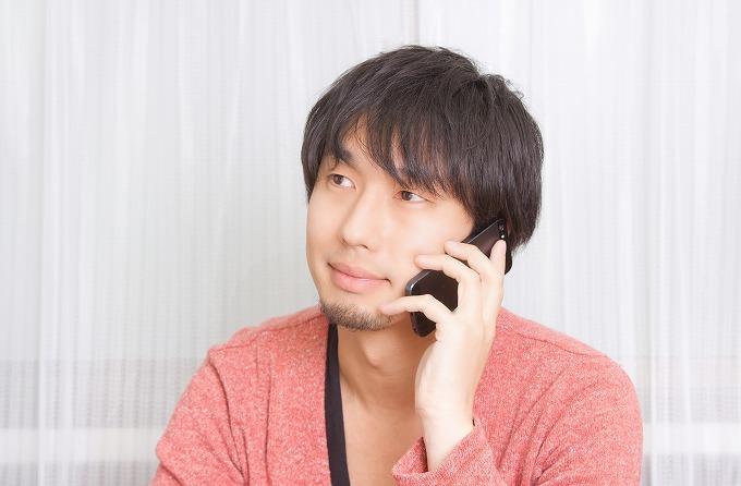 ハリアー バンパー交換費用 電話する男性