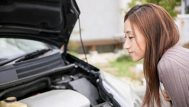 オデッセイ オイル交換量 エンジンルームを見る女性
