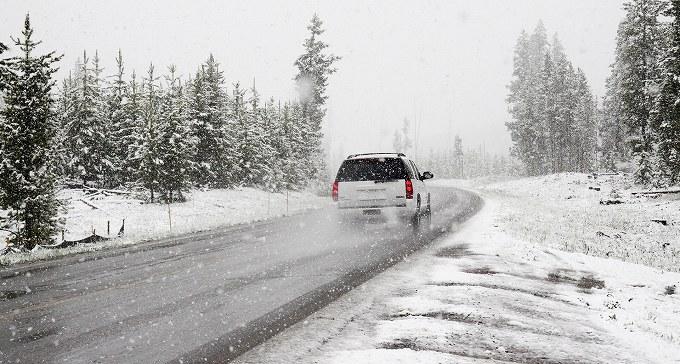 オデッセイ スタッドレス インチダウン 雪道を走る車