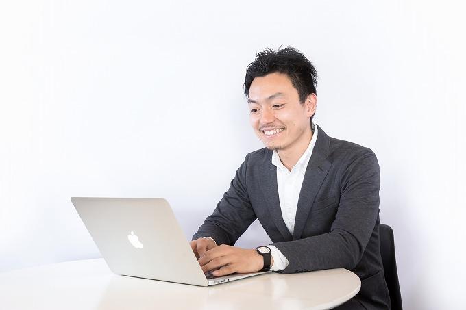 オデッセイ 車検料金 パソコンを見る男性