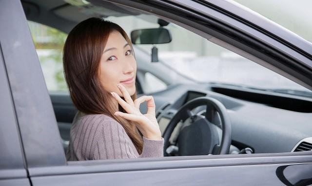 オデッセイ スタッドレス インチダウン 運転席に座る女性