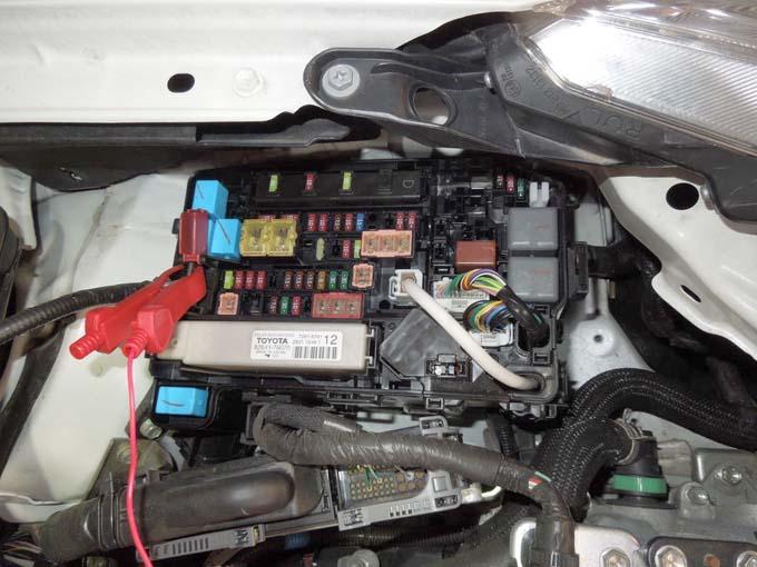 プリウス補機バッテリー交換バックアップ エーモンの「メモリーバックアップ1686」取り付け2