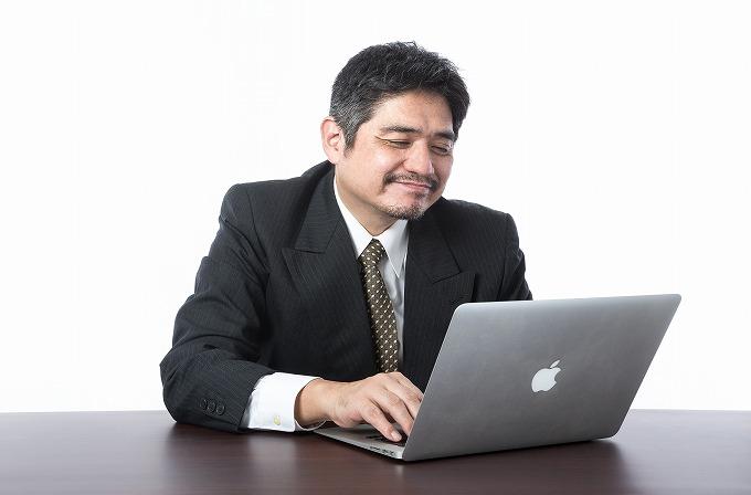 ヴェルファイア 20インチ ノーマル 車高 パソコンを見る男性