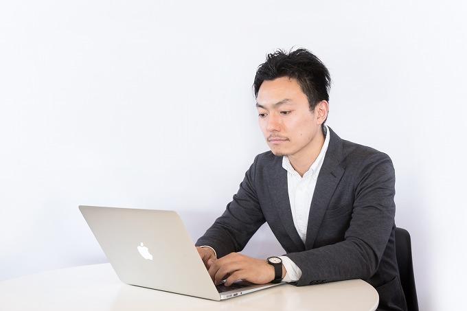 ヴェルファイア スタッドレス 空気圧 パソコンを使う男性