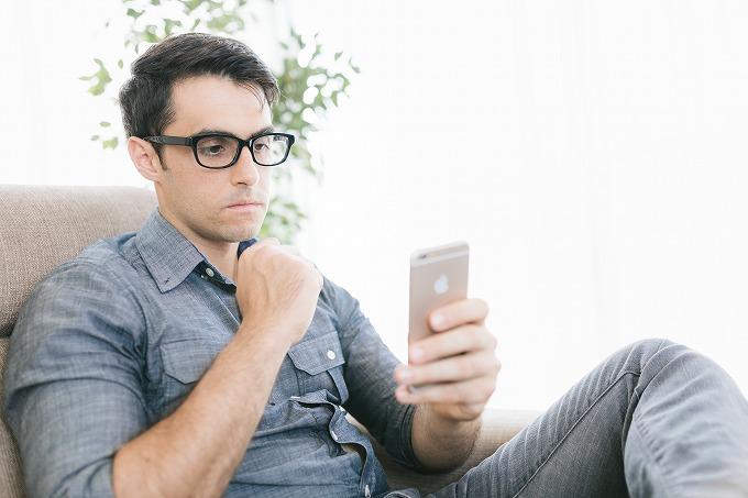 ヴェルファイア モデルチェンジ 予想 スマホを見る男性