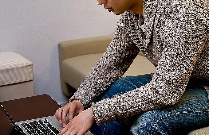 ヴェルファイア 残価設定 月々 パソコンを見る男性