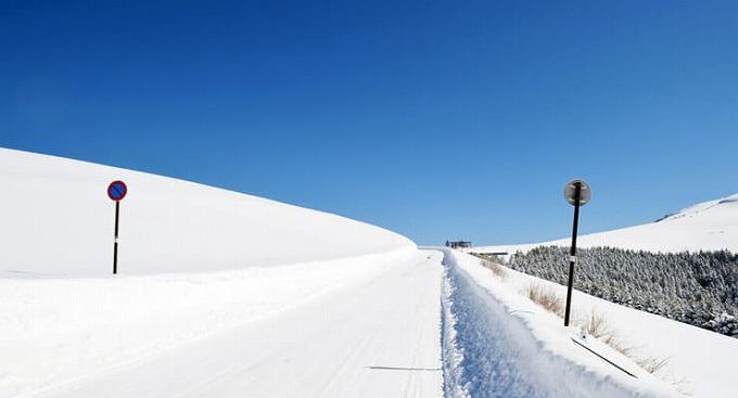 ヴェルファイア 雪道 2wd 雪の積もった道路